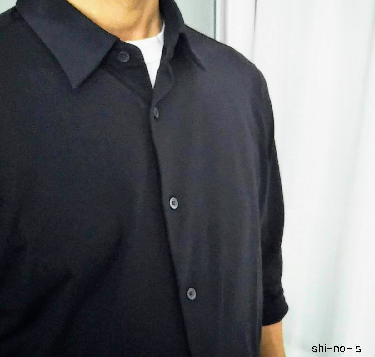 黒シャツの胸元をアップ