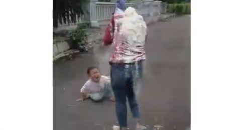 Lihat Ibunya Diguyur Tepung saat Ultah, Anak Panik Sampai Nangis Kejer