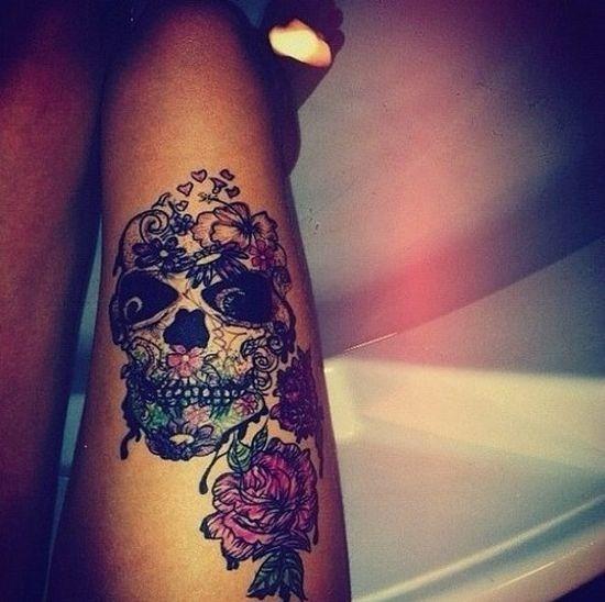 impressionante_açcar_crnio_tatuagem_nas_coxas