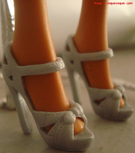 Diseños OOAK DIY by Taque-Taque para Barbie Fashionista: detalle de los zapatos grises de platafomra
