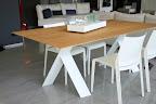 tavolo Tailor Presotto con sedie Riga Desalto. Il piano del tavolo Taylor può essere è in legno o laccato o in ecomalta. Prezzi a partire  da €. 1.400 .