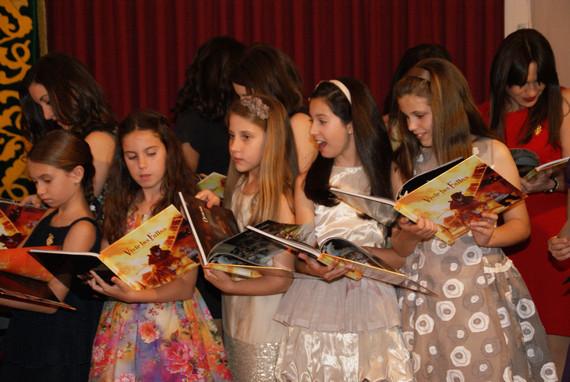 """Aitana recibió los libros """"Vivir las Fallas"""" y """"Les falles de vareta"""""""