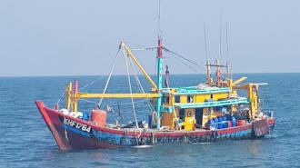 KKP Berhasil Lumpuhkan Dua Kapal Trawl Pencuri Ikan Asal Malaysia