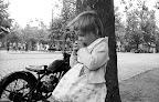 Látogató kislány a budapesti állatkert előtt, 1958 (Fotó: Fortepan)