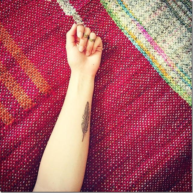 solitaria_pluma_en_el_brazo