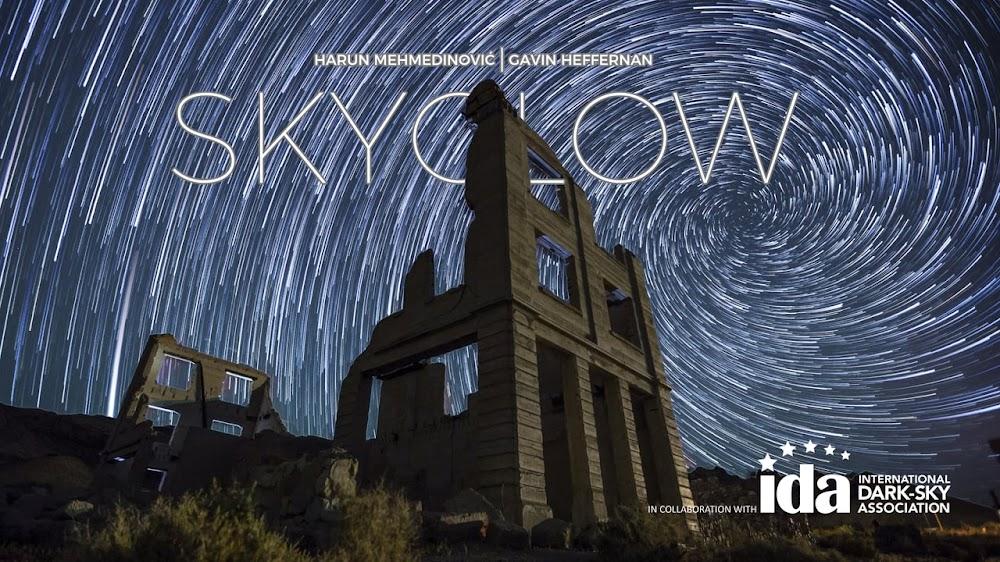 Video timelapse: Bầu trời đêm huyền diệu ở thị trấn ma quái
