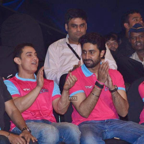 Aamir Khan and Abhishek Bachchan during the opening match of Pro-Kabbadi League, held in Mumbai, on July 26, 2014. (Pic: Viral Bhayani) <br /> <br />