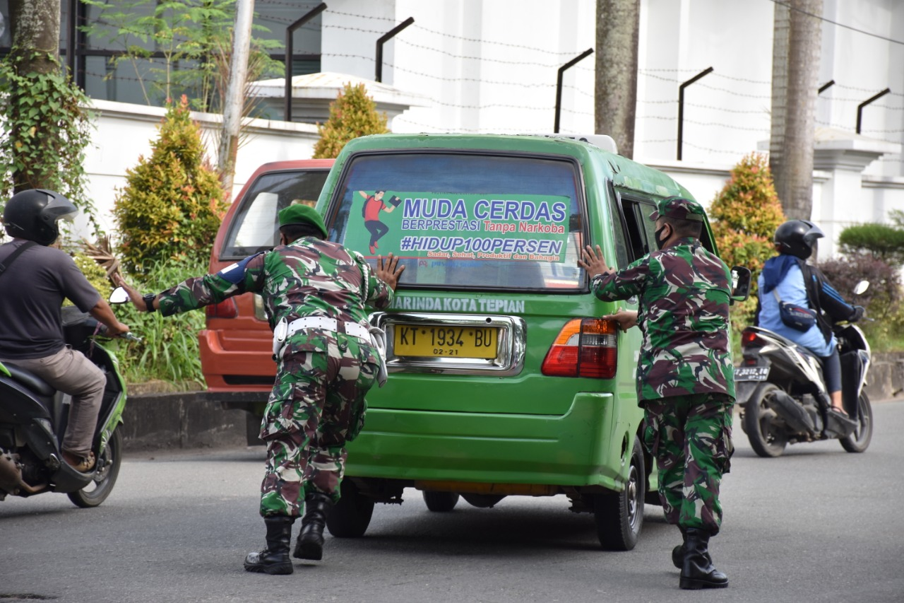 Prajurit Korem 091/ASN Dorong Mobil Mogok Saat Bagikan Masker