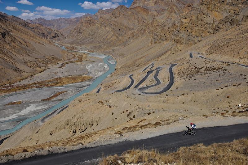 Gata loops, temutele serpentine ce urca aproape 700 de metri diferenta de nivel, incepand de la un nivel de 4200 de metri.