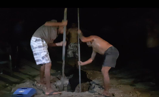 Detainees at the Manus Island Centre in Papua New Guinea dig holes to find drinking water on 1 November 2017, after the government of Australia abandoned them. Photo: Behrouz Boochani