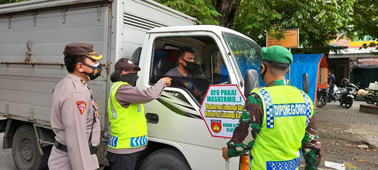 Terus Berpartisipasi Cegah Penyebaran Covid-19 Tim Gabungan Polres Klaten dan Kodim 0723/Klaten Bagikan Ribuan Masker ke Warga Masyarakat