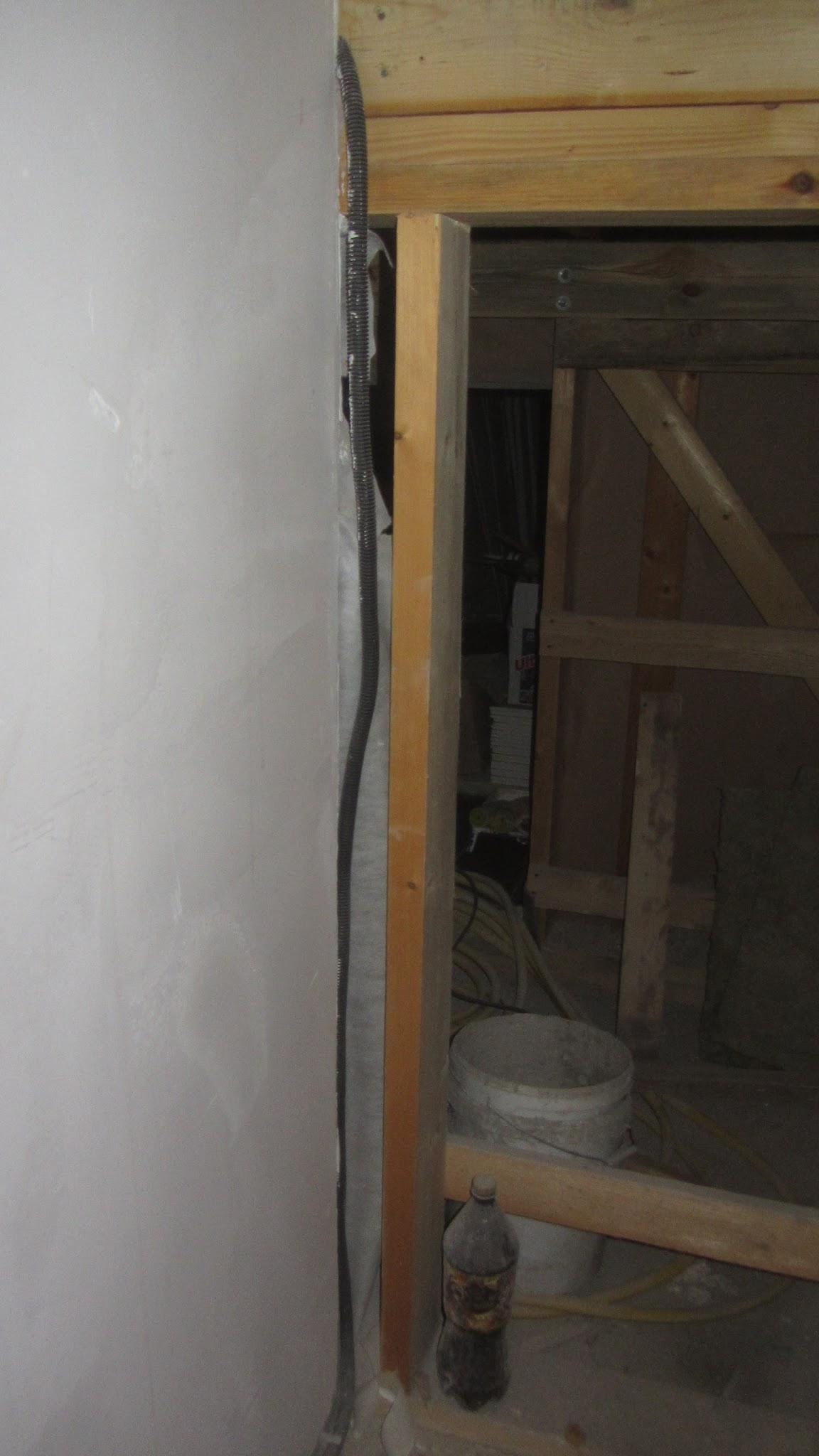 Проход кабеля перед площадкой лестницы