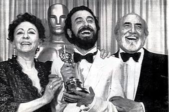"""Garci y los protagonistas de """"Volver a Empezar"""" recibiendo el Óscar (1982)"""