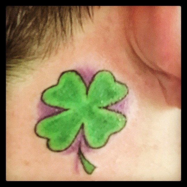 trevo_de_quatro_folhas_da_orelha_tatuagem