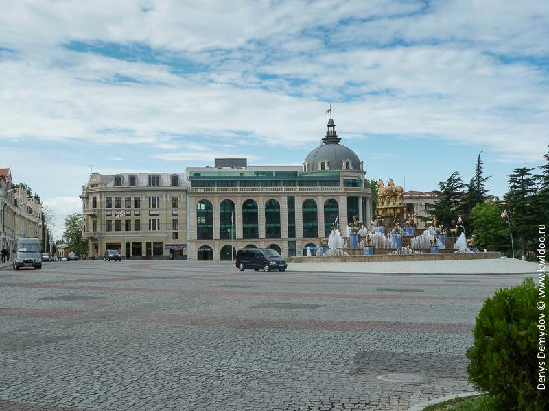 Главная площадь Кутаиси и маршрутка в Гелати