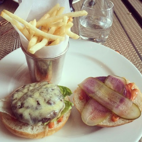 lifestyle-blogger-luxury-london-food-one-canada-square-bottomless-brunch-prosseco-burger
