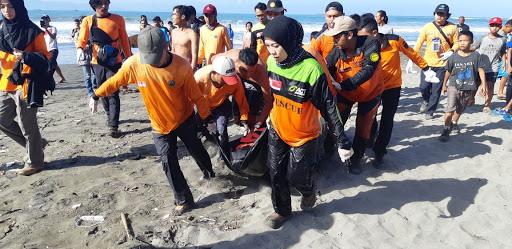 Seperti Ini Proses Evakuasi Korban Tenggelam Tewas di Palabuhanratu Sukabumi