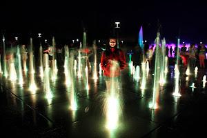 Jugando con las luces cerca de la Wrocławska Fontanna (Wroclaw)