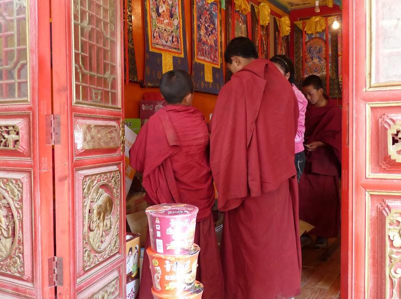 les moines mangent une nourriture saine et équilibrée..mon �il, des nouilles instantanées....