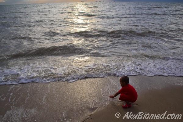 Anak kecil bermain air laut