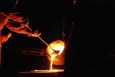 persona che fonde il metallo, fuoco della fucina di Brigid
