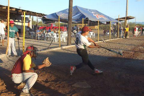 Juan Luis Rivera del Sertoma en juego amistoso de softbol