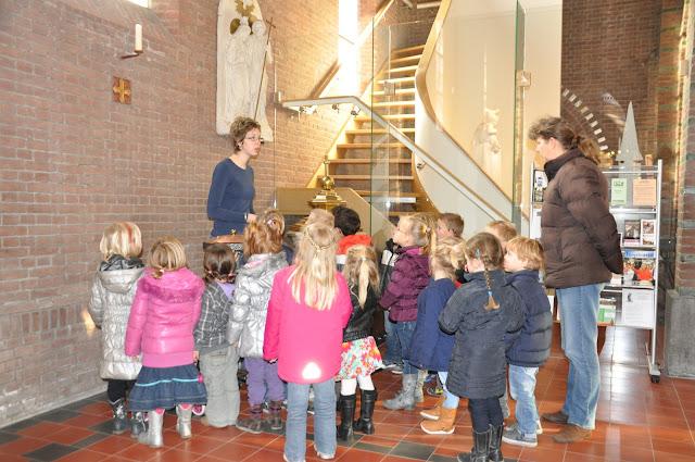 Kleuters bezoeken Martinuskerk - DSC_0043.JPG