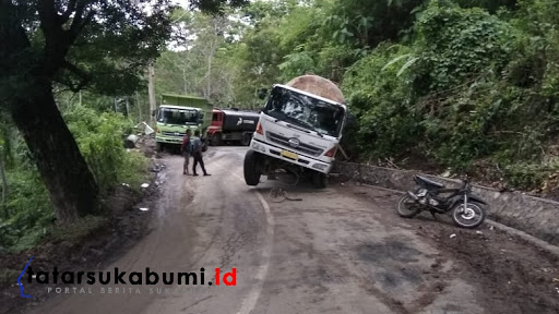 Roda Belakang Truk Tangki Terperosok ke Parit, Ruas Jalan Palabuhanratu - Kiaradua Macet