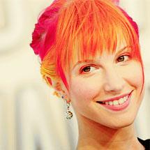 Hayley Williams com seus cabelos laranja