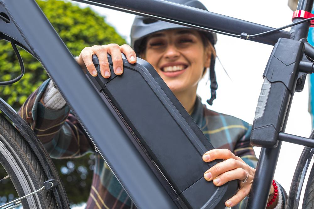 Bicicletas elétricas de menor potência podem ser utilizadas por pessoas a partir dos 16 anos de idade. (Fonte: Shutterstock/aerogondo2/Reprodução)
