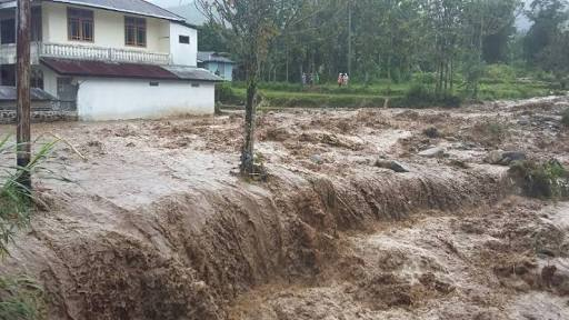 Derasnya aliran air yang menyebabkan bencana longsor