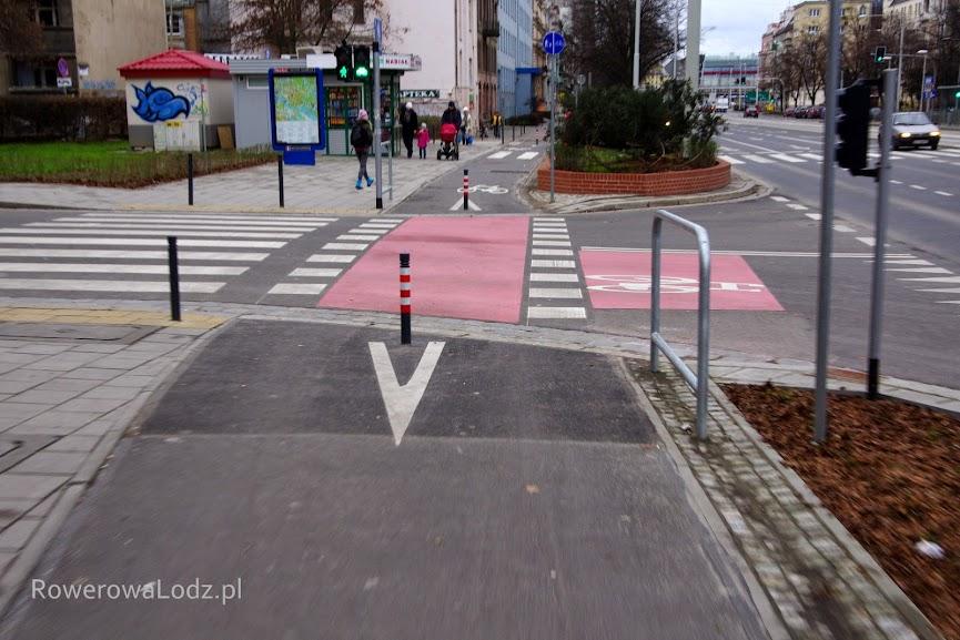 Słupki zniechęcają kierowców od wjazdu przez przejście dla pieszych.