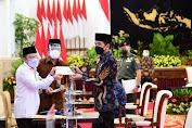 Presiden Jokowi Serahkan Zakat Sekaligus Luncurkan Gerakan Cinta Zakat