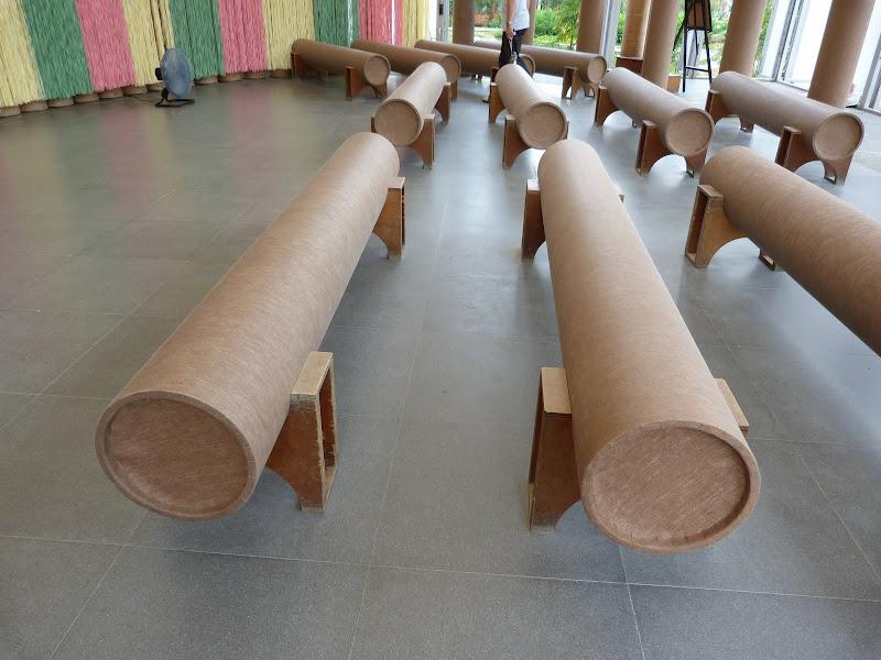 Chapelle '' Paper Dome ''. Poteaux cylindriques et bancs en carton, cadeau du Japon, après un terrible tremblement de terre