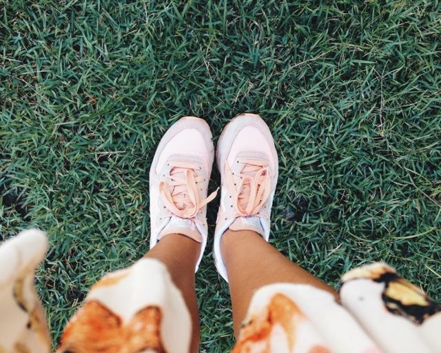 #editorial #ootd #thatsdarling #darling #flowers #flowerswall #pleatedskirt  #converse #runningsneakers #flores #parededeflores #saiaplissada #florida #floral #tênisdecorrida