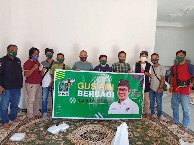 Ketua DPC PKB Kotabaru Takjil ke Awak Media