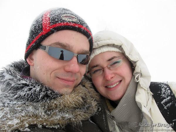 Kasia i Maciej - pierwszy raz zimą w górach - w tle panorama Karkonoszy