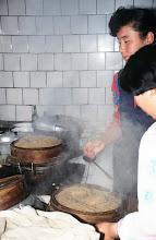 Photo: 03550 土城子/食堂/ユウマイの押し出し麺作り/湯でこねてホーロー床子で押し出し、セイロで蒸す。