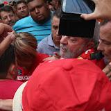 Lula saúda apoiadores na porta de sua casa, em São Bernardo