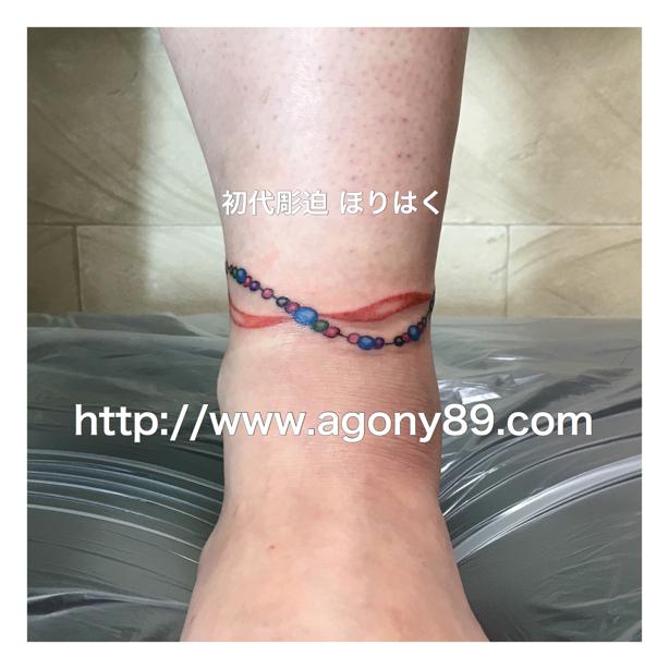 アンクレットのタトゥーデザイン、タトゥー、羽根、ハイダタトゥー、フェザー、タトゥー デザイン、英文字、タトゥー画像、スペイン語のメッセージ、女性、刺青、黒色、青色、水色、青紫色、赤紫色、ピンク色、緑色、赤色、ターコイズブルー色、エメラルドグリーン、赤茶色、刺青画像、刺青デザイン、anklet tattoo design.feather tattoo.one point tattoo.haida tattoo.ほりはく日記、初代 彫迫 刺青 ほりはく。tattoo. irezumi.design.gazou.
