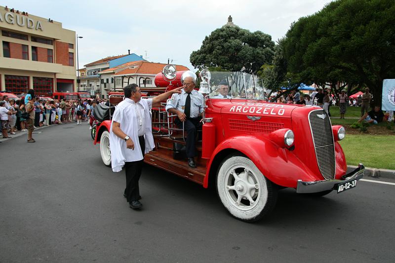 Carro clássico dos Bombeiros Voluntários da Aguda, na rotunda, a integrar a procissão