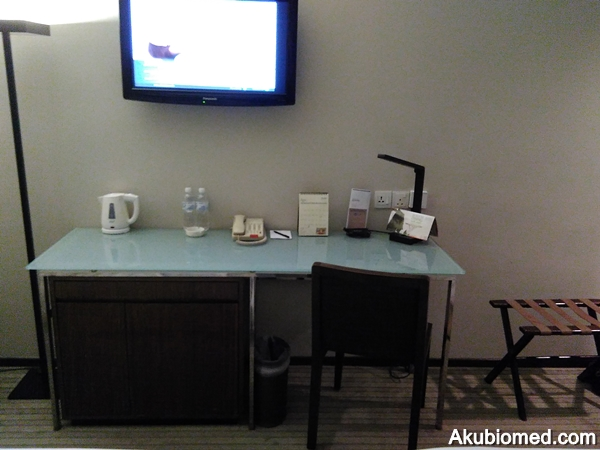 Meja tulis dan TV LCD