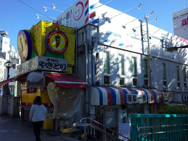 大井町駅西口の焼き鳥屋と理髪一番がある通り