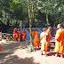 auch junge Mönche machen einen Ausflug zum Wasserfall