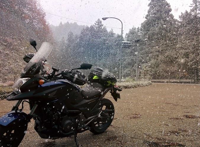 豪雪の下のバイク