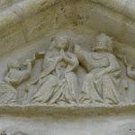 Collégiale Notre-Dame de Crécy-la-Chapelle : tympan de la porte occidentale, le couronnement de la Vierge entourée de deux anges