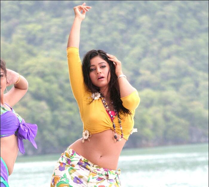 Poonam Bajwa Sexy Navel show