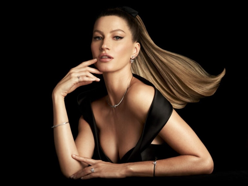 Wearing looks from Vivara's Bold Stones collection, Gisele Bundchen stuns for its Christmas 2020 campaign.