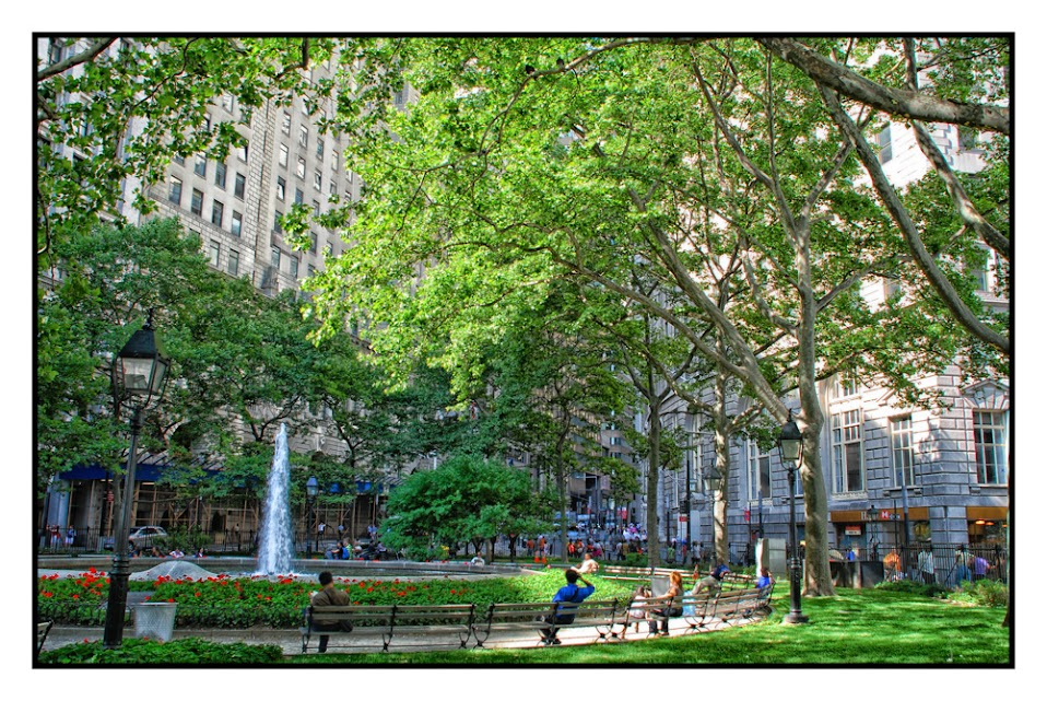 Bowling Green, New York City, Street photography, street life, places to visit, parks, water fountain, tourists