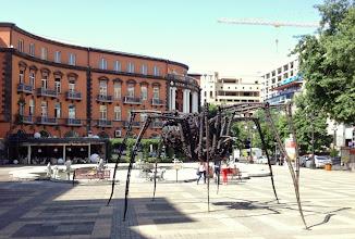 Photo: Hotellimme Yerevanissa (Royal Tulip) - ja Aznavour -aukiolla pala Bilbaota (jättiläishämppis)